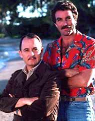 Tom Selleck en Magnum P.I. con su camisa Paradise Found