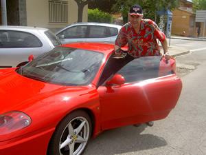 Jordi con gorra Pixar de Cars, camisa Paradise Found saliendo del paseo con el Ferrari Modena F1